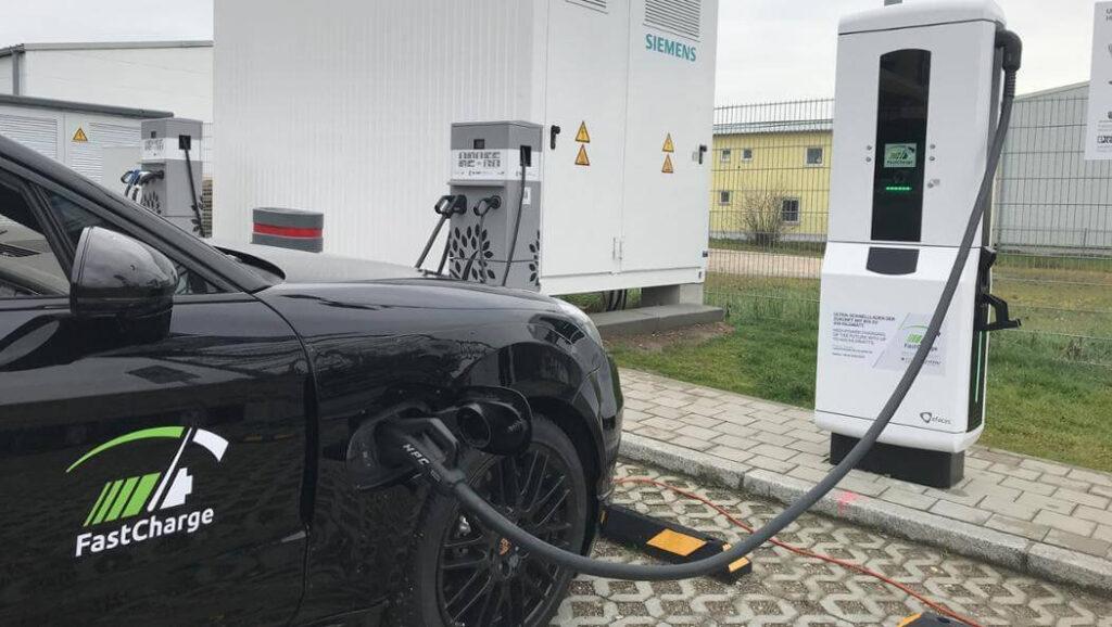 Станция быстрой зарядки обеспечивает ускоренное пополнение энергетического запаса – до 80 % до 10-15 минут