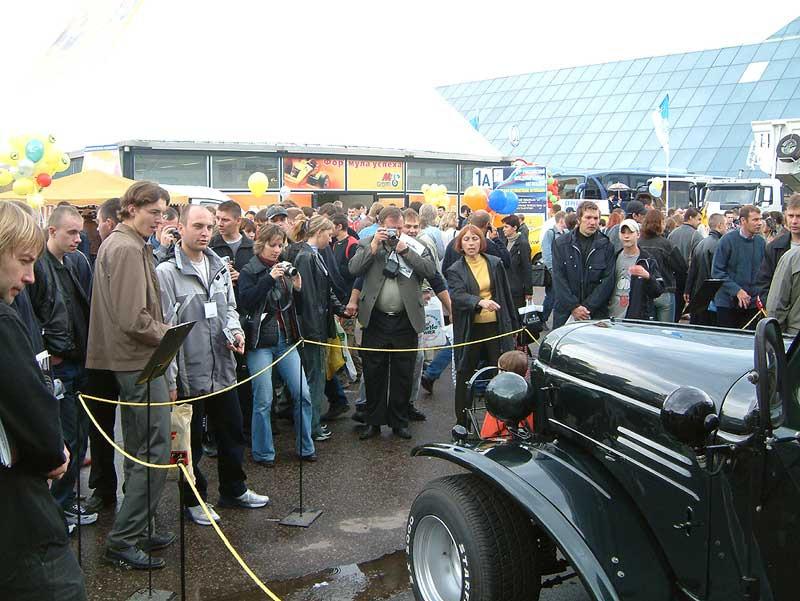 Представление хот-рода зрителям на московском автосалоне в 2003 году