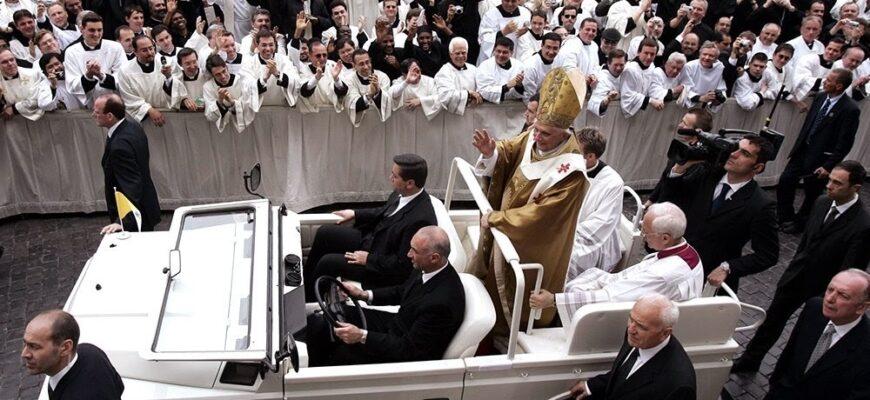На чем ездит глава католического мира Папа Римский