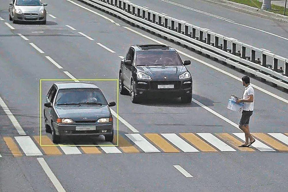 Пример явного нарушения – автомобиль блокирует путь приближающемуся пешеходу