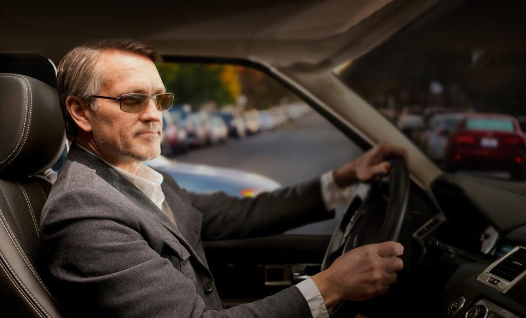Солнцезащитные очки – эффективное средство, препятствующее ослеплению водителя ярким светом