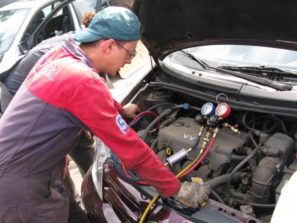 Для заправки кондиционера пользуются профессиональными услугами сервисной станции