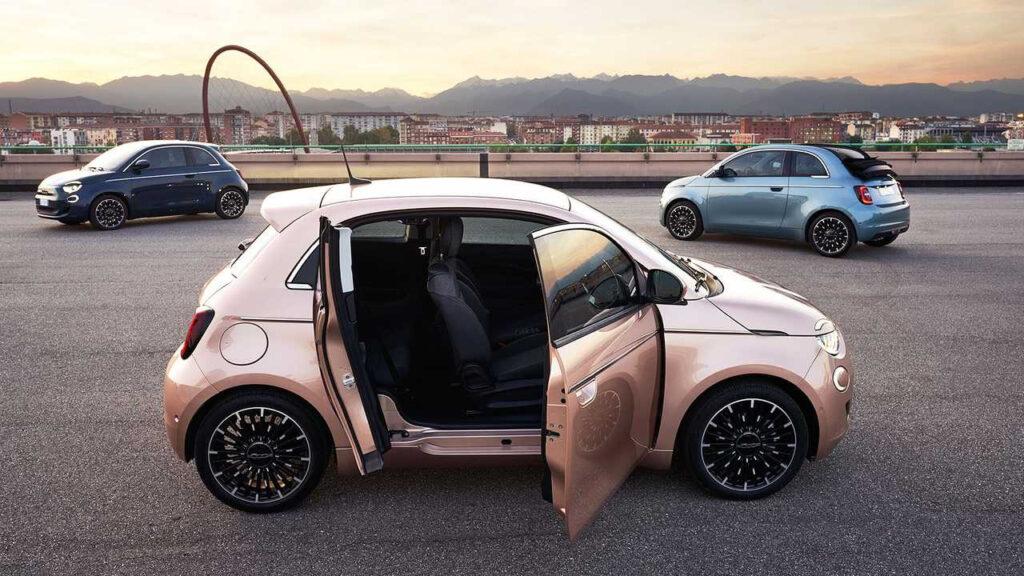 Версия Fiat 500e с 3-й дверью обеспечивает прямой доступ к пассажирским сиденьям второго ряда