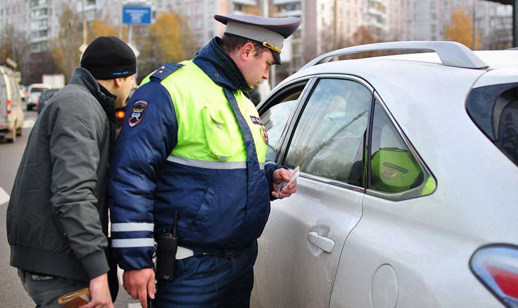 При осмотре сотрудник ГИБДД выявляет нарушения действующих правил
