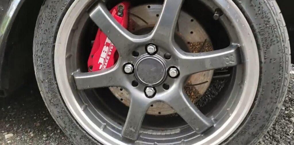 У внимательного наблюдателя возникнут сомнения после обнаружения широких колес и дисковых тормозов