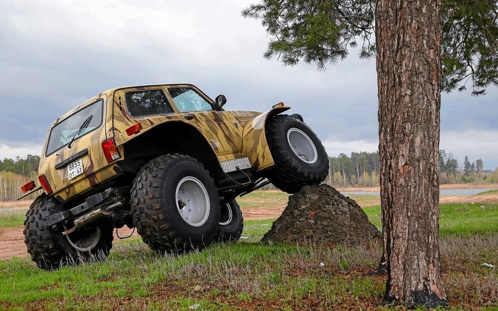 Штатный кузов, установленный на специальной раме с крупными колесами