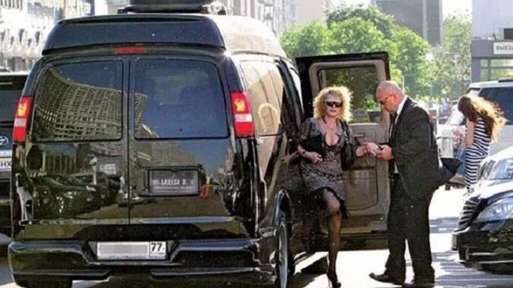 Лариса Долина выходит из своего авто