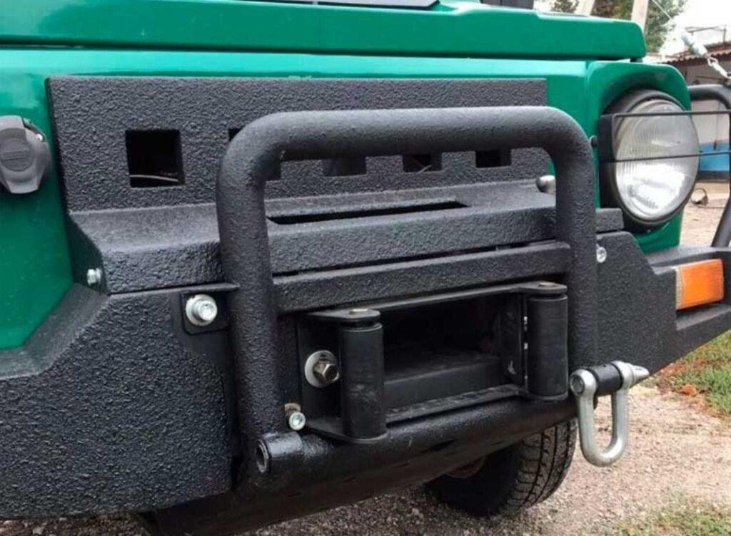 Мощная лебедка вмонтирована в конструкцию бампера