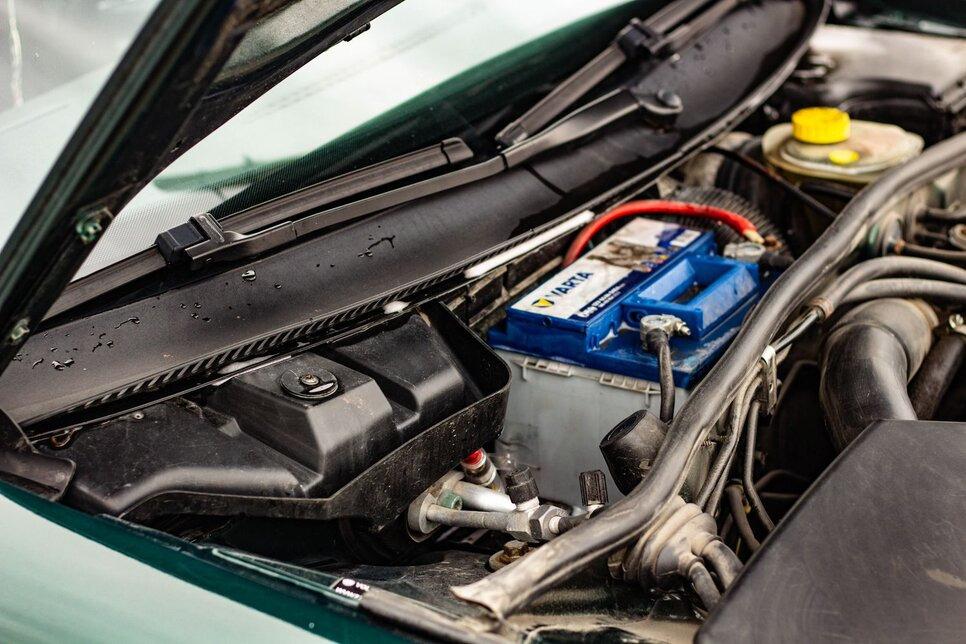 Специалисты рекомендуют контролировать чистоту водоотвода в моторном отсеке