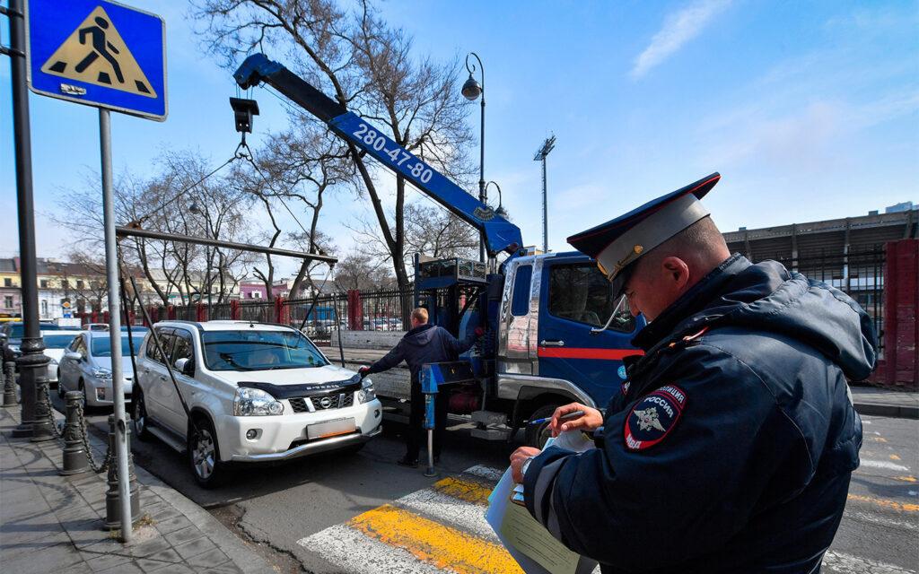 Нарушение правил парковки фиксирует инспектор ГИБДД