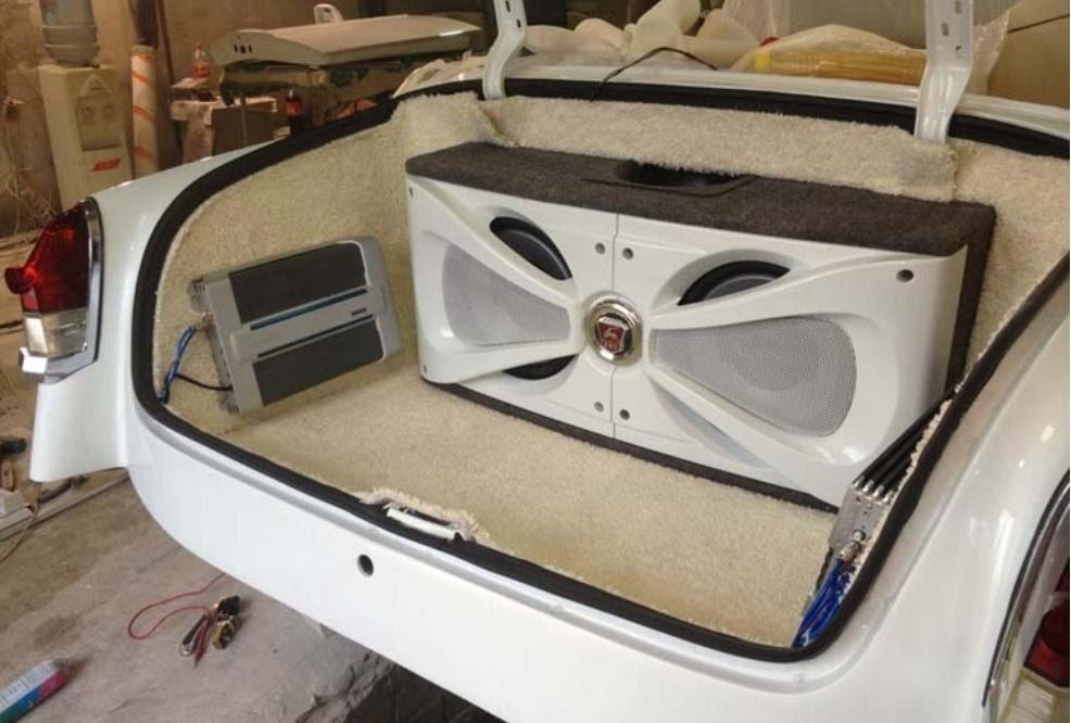 Часть акустической системы размещена в багажнике
