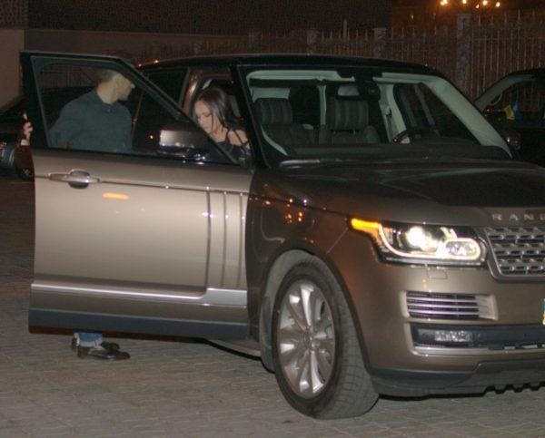 Ротару выходит из своего Range Rover