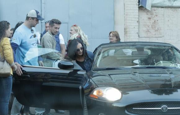 Ротару садится в свой Jaguar