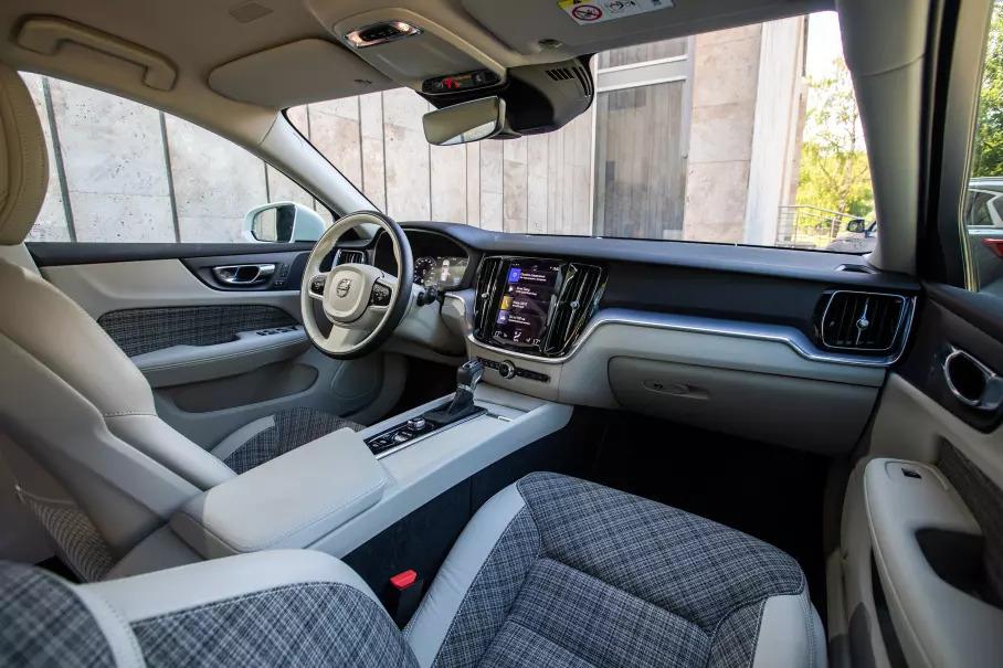 Салон Volvo V60 Cross Country