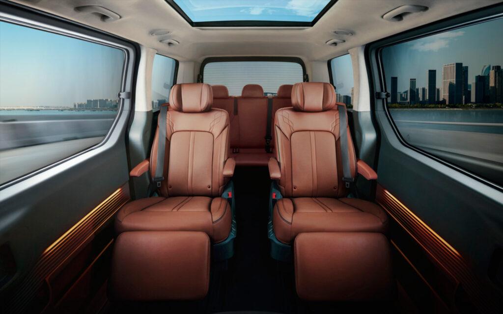 При комплектации 9 мест сиденья второго ряда поворачиваются на 180°