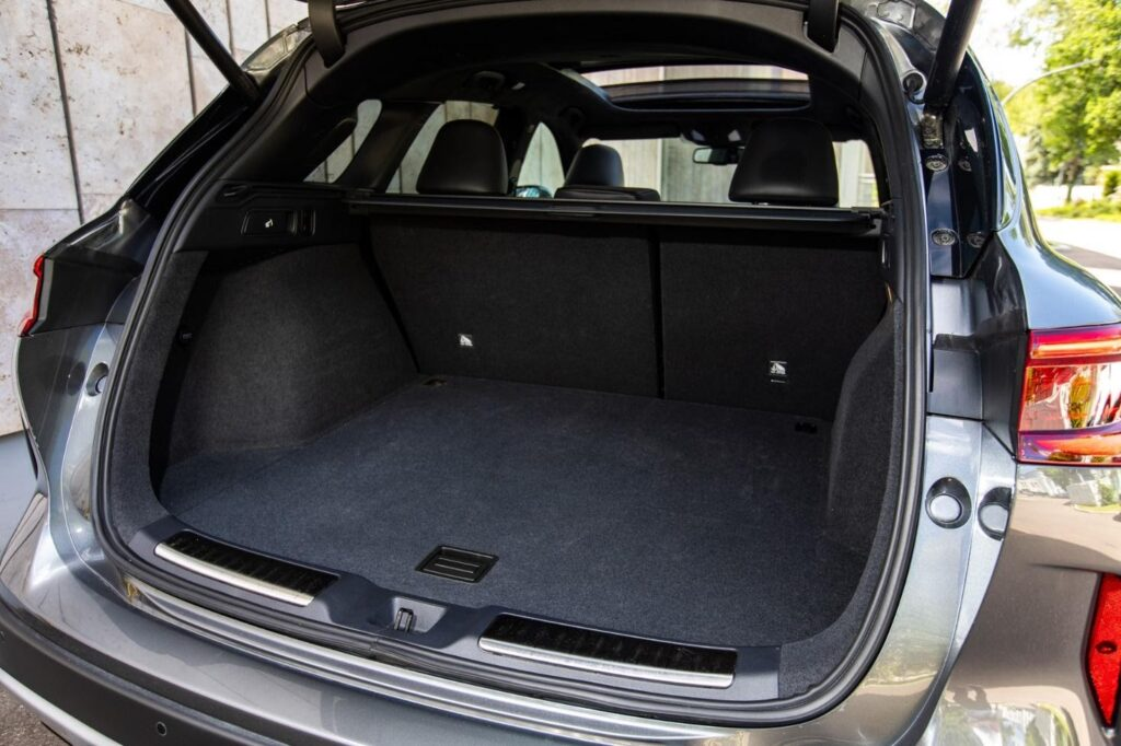 Размещению вещей в сравнительно большем багажнике кроссовера мешают крупные выступы колесных арок