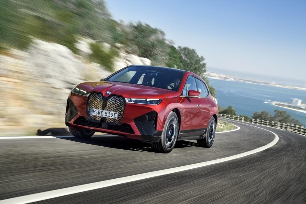 BMW iX в движении