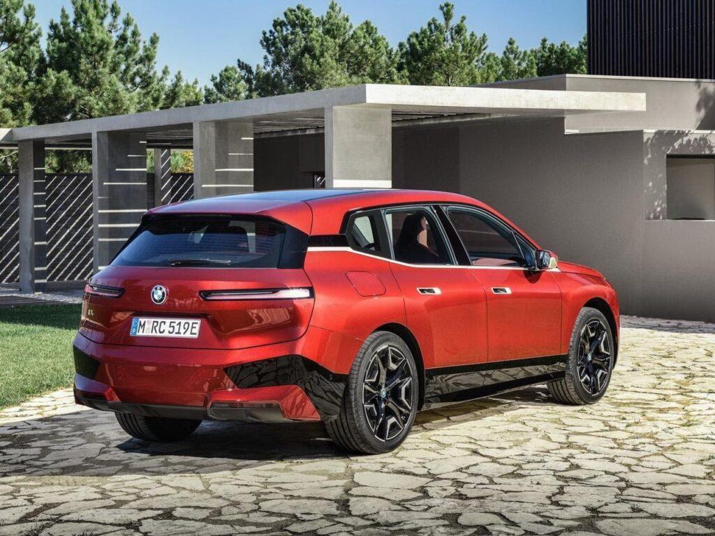 BMW iX, вид сзади