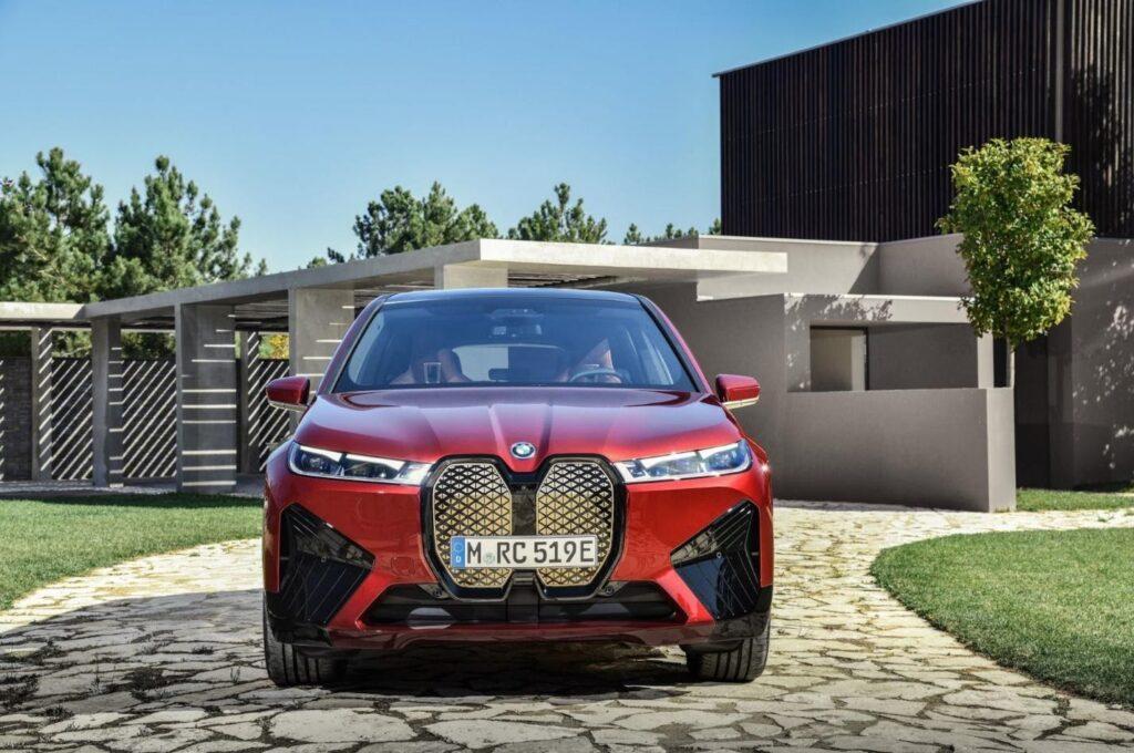 BMW iX, вид спереди