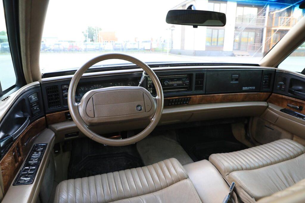 Роскошный салон американского автомобиля 90-х
