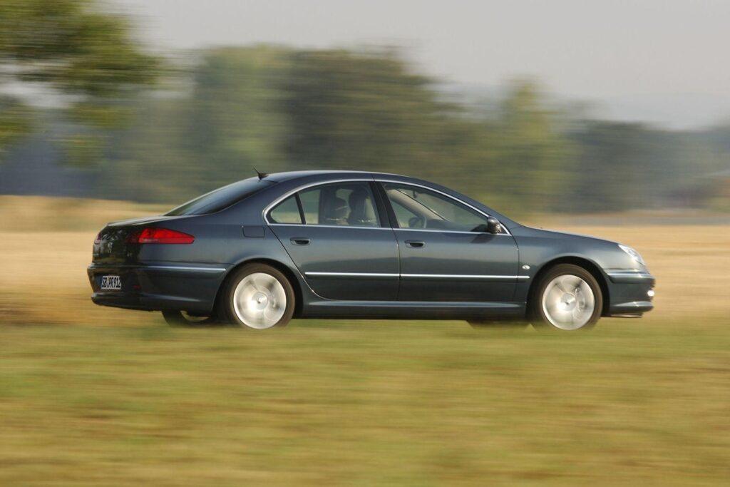 Самый мощный двигатель в паре с «автоматом» обеспечивают динамичный разгон тяжелого автомобиля до максимальной скорости