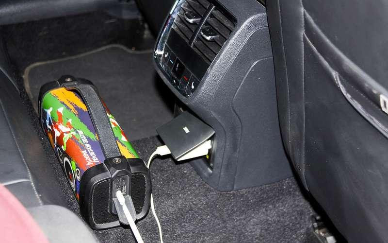 Опционное оснащение (розетка 220V) предназначена для подключения маломощных потребителей