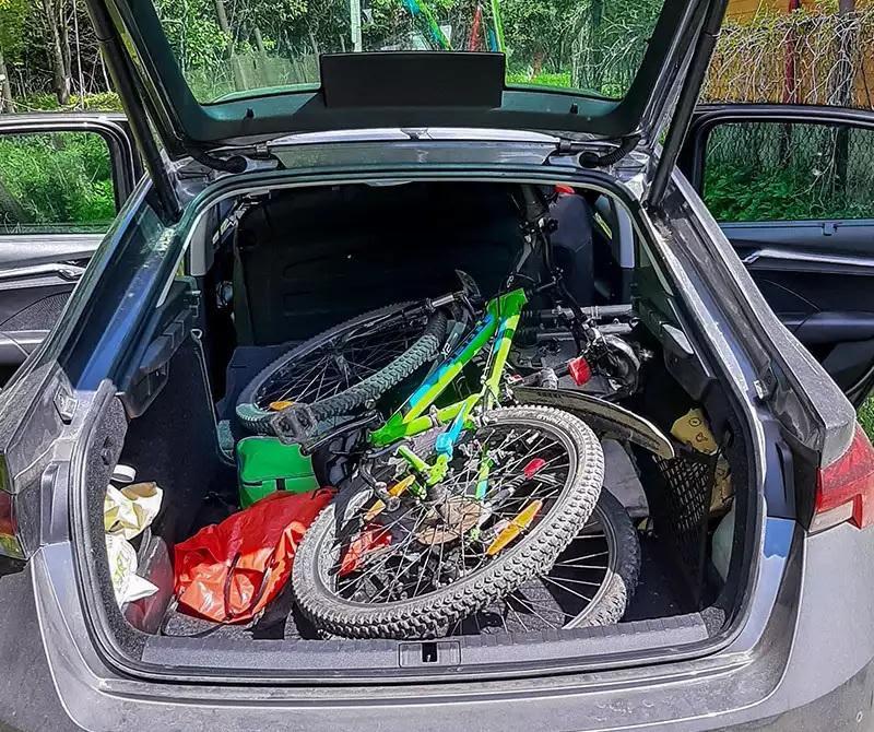 При сложенной спинке в багажнике можно разместить несколько велосипедов