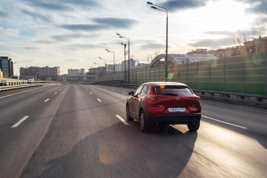 Mazda CX-30 обеспечивает комфортные условия для поездок с высокой скоростью на большие расстояния