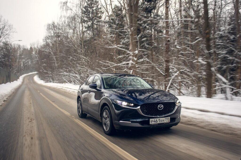 На любой скорости даже в сложных дорожных условиях электронные «помощники» Mazda CX-30 обеспечивают спокойствие водителя и пассажиров