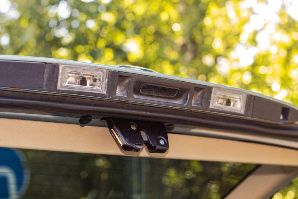 При попадании влаги на плату управления нарушается работа электронной блокировки замка багажника