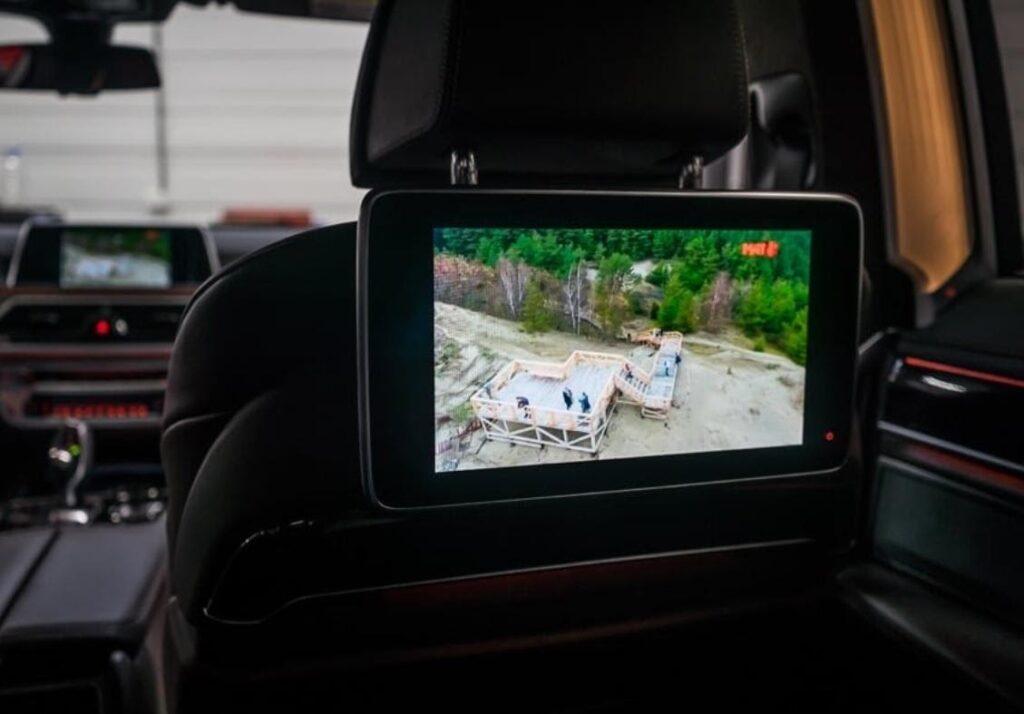 На экран для задних пассажиров можно вывести данные в автономном режиме или с основного монитора