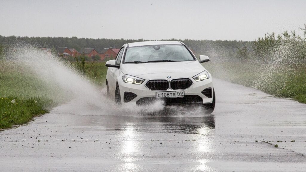 Автомобиль сохраняет устойчивость на сложных участках трассы