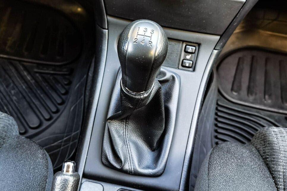 Рукоятка «механики» в рассмотренном автомобиле