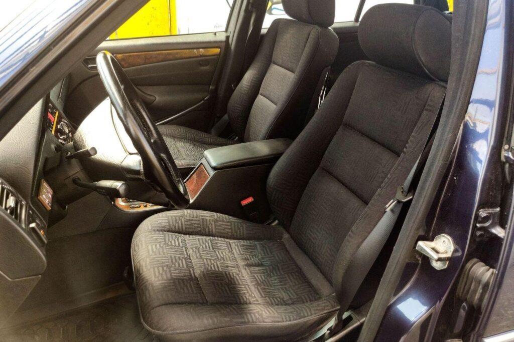 Профиль передних сидений обеспечивает хорошую боковую поддержку