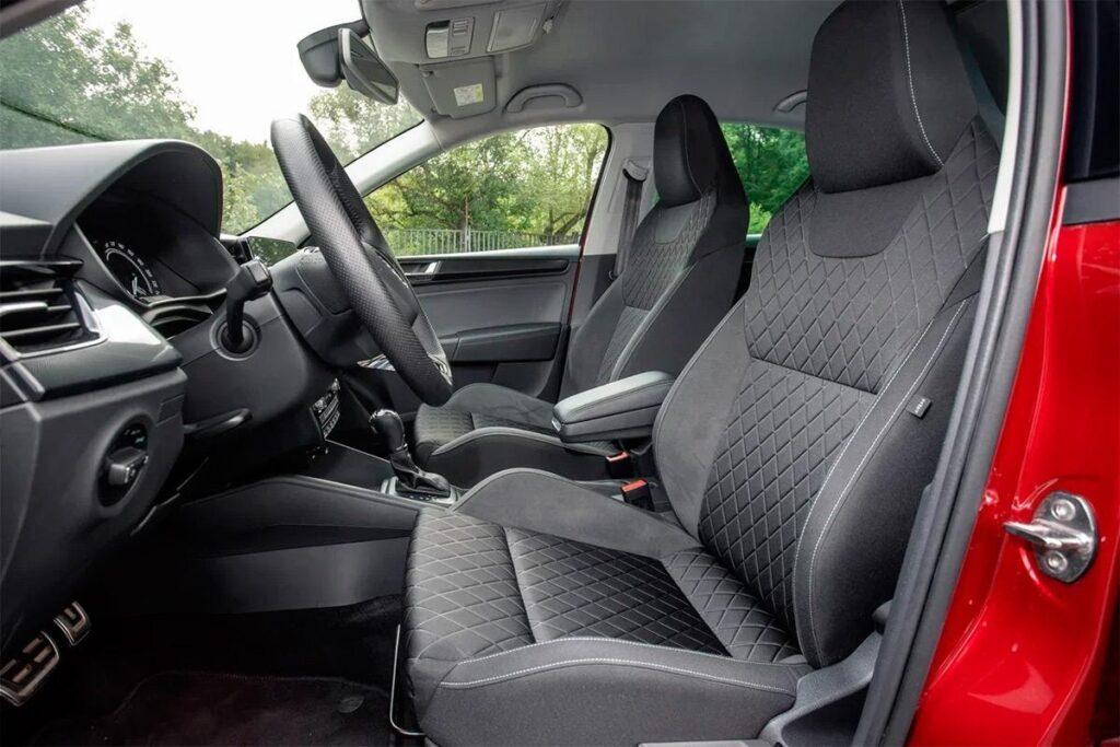В рассматриваемой версии Skoda Rapid установлены удобные для дальних поездок сиденья со спортивным профилем