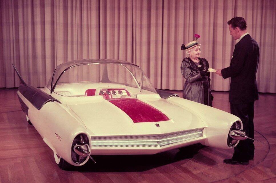 Ford FX Atmos в 1954 году оснастили джойстиками вместо типового рулевого управления