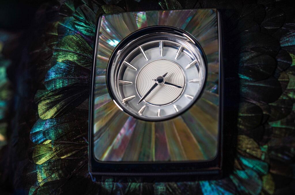 Для специальной версии сохранили аналоговые часы, которые в данном автомобиле получили перламутровую основу