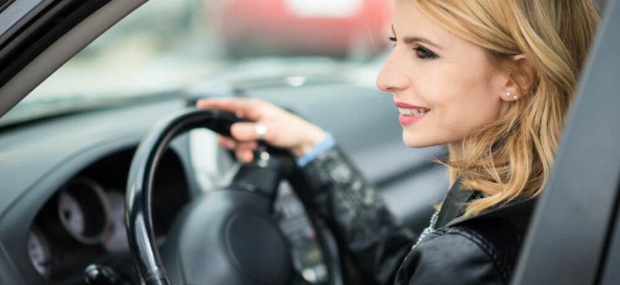 Стало известно, о каком авто мечтают женщины в России