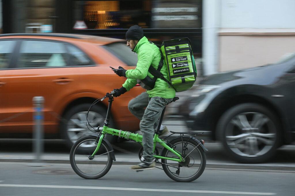 Доставщик на велосипеде