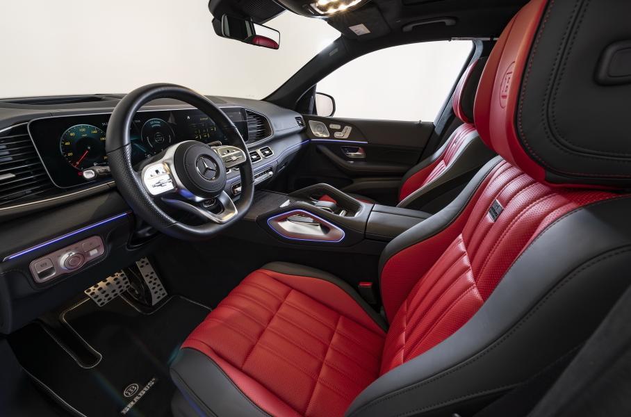 Mercedes-Benz GLE получил сидения, выполненные в черно-коричной цветовой гамме, а GLS – в черно-красной