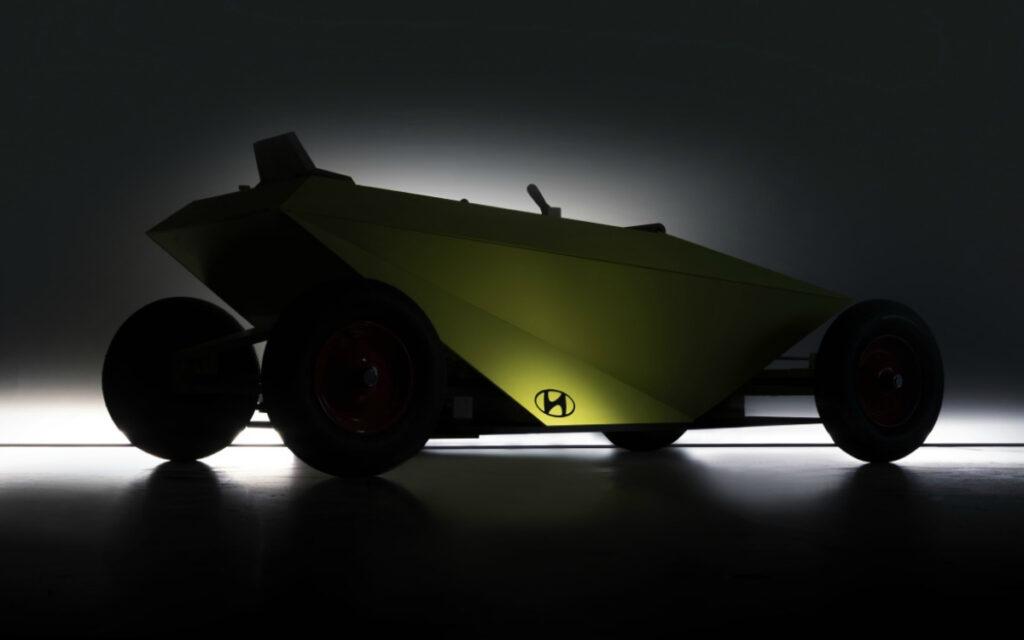 На фотоснимке обозначен автомобиль небольших размеров с аэродинамическим кузовом, окрашенным в ярко-салатовый цвет