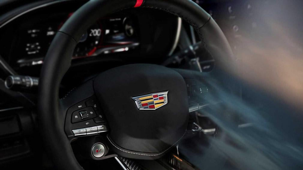 Cadillac решили подогреть интерес публики к готовящимся к выходу спорткарам и показали рулевое колесо, которое получат обе модели
