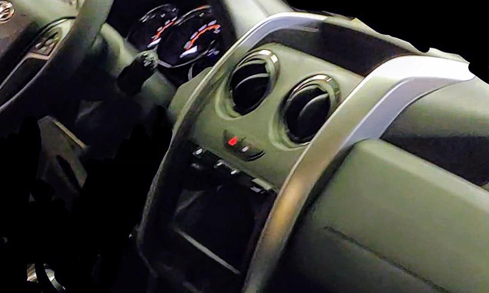 Несмотря на плохое качество, уже по этим фото можно определить, что рестайлинговый автомобиль обзаведется передней панелью
