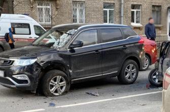 В Петербурге мужчина и ребенок пострадали при столкновении ВАЗа и Geely (Фото)