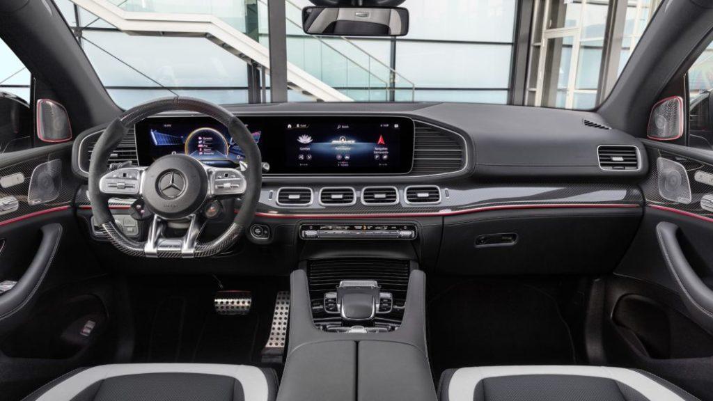 GLE 63 S Coupe предлагает водителю несколько режимов движения, в частности дорожные «Comfort», «Race» и внедорожные «Trail», «Sand»