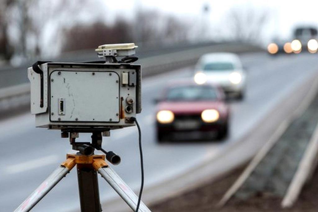 Ведомство разъясняет, что штрафовать водителей за превышение средней скорости с одной камеры запрещено