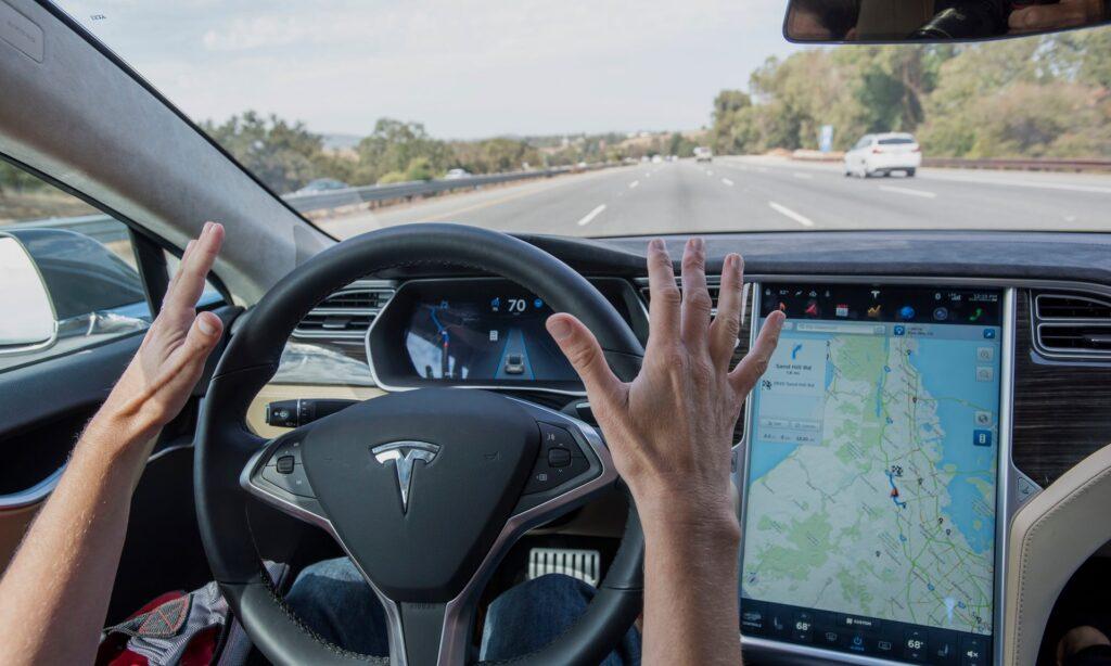Появилась информация о разработке инженерами компании Telsa абсолютно новой системы автопилотирования автомобиля
