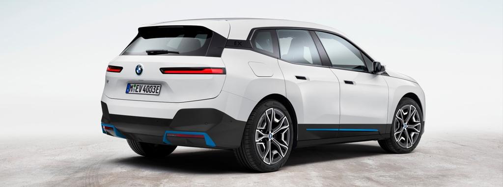 BMW iX - вид сзади