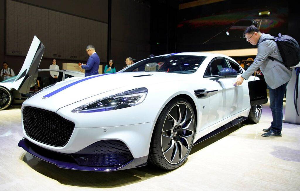 Не так давно компания заключила сделку с крупным концерном Mercedes-Benz, которая позволяет Aston Martin использовать наработки и технологии немцев при постройке электрифицированных моделей
