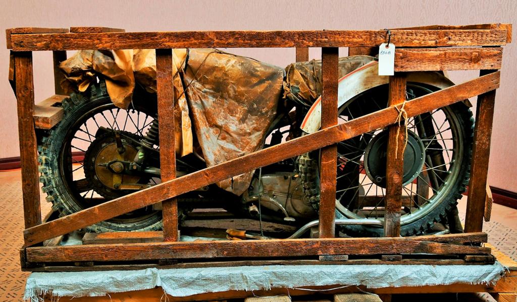 На аукцион выставили мотоцикл CZ, простоявший 50 лет в заводской упаковке